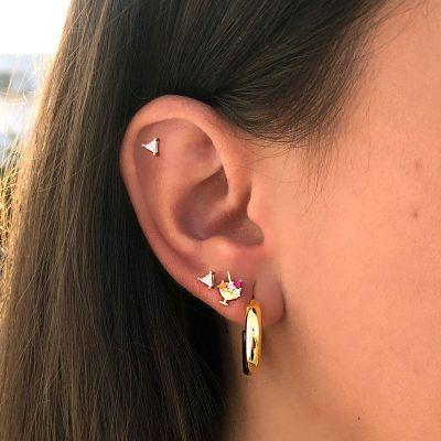 Piercing de oro con triangulo